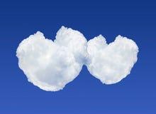 Duas nuvens dadas forma coração no fundo do céu azul Imagens de Stock Royalty Free