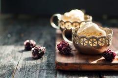 Duas parcelas de gelado delicioso do caramelo foto de stock