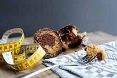 Duas partes de bolo do bundt colocadas em uma tabela de madeira com um measuri Imagem de Stock Royalty Free