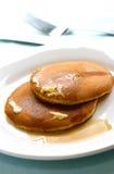 Duas partes de panqueca recentemente cozinhada chuviscaram com xarope de bordo Fotos de Stock Royalty Free