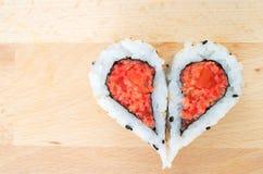 Duas partes de sushi que formam a forma do coração Fotos de Stock