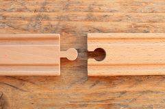 Duas partes de trilha de madeira do trem próximos um do outro foto de stock