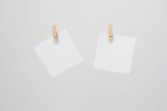Duas notas brancas no fio Imagens de Stock Royalty Free