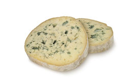 Duas partes redondas de queijo azul (d'Ambert de Fourme) isoladas no fundo branco Fotografia de Stock