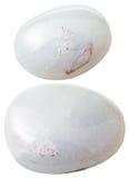 Duas pedras preciosas de quartzo do leite (leitoso, neve, brancas) fotos de stock