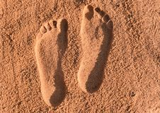 Duas pegadas na areia imagens de stock