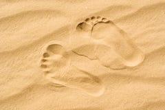Duas pegadas na areia Imagens de Stock Royalty Free
