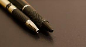 Duas penas em um fundo preto foto de stock