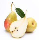 Duas peras maduras e uma metade de uns. Foto de Stock Royalty Free
