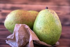 Duas peras maduras em uma tabela de madeira velha fotografia de stock royalty free