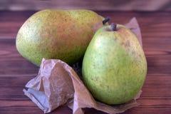 Duas peras maduras em uma tabela de madeira velha fotos de stock