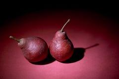 Duas peras na violeta fotografia de stock