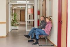 Duas pessoas em uma sala de espera Imagem de Stock