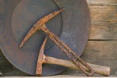 Duas picaretas da mineração e bandejas velhas do ouro na prateleira Fotos de Stock Royalty Free