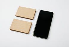 Duas pilhas de cartões do ofício e de smartphone preto no fundo branco horizontal foto de stock royalty free