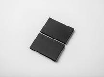 Duas pilhas de cartões pretos vazios no fundo branco com sombras macias Fotos de Stock Royalty Free