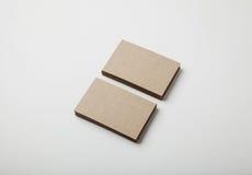 Duas pilhas de cartões vazios do ofício no fundo branco com sombras macias Foto de Stock