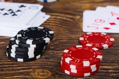 Duas pilhas de microplaquetas de pôquer em uma tabela de madeira Imagens de Stock Royalty Free