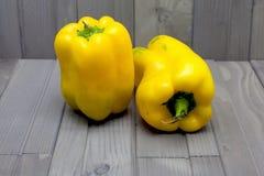 Duas pimentas amarelas Fotos de Stock Royalty Free
