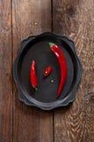 Duas pimentas frescas, grande e pequeno Imagens de Stock Royalty Free