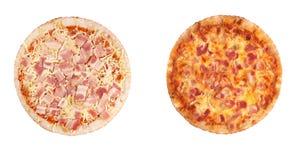 Duas pizzas isoladas, cozinhado e cru Fotos de Stock Royalty Free