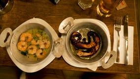 Duas placas com marisco gourmet e delicioso video estoque