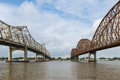 Duas pontes que cruzam-se sobre o rio de Atchafalaya em Morgan City, Louisiana fotografia de stock