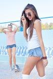 Duas raparigas bonitas no assoalho de uma associação vazia fotografia de stock