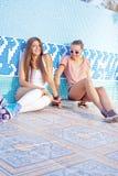 Duas raparigas bonitas no assoalho de uma associação vazia Imagem de Stock Royalty Free