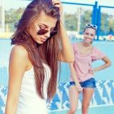 Duas raparigas bonitas no assoalho de uma associação vazia Foto de Stock