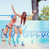Duas raparigas bonitas no assoalho de uma associação vazia Imagens de Stock
