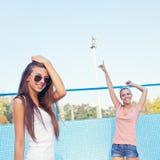 Duas raparigas bonitas no assoalho de uma associação vazia Fotos de Stock