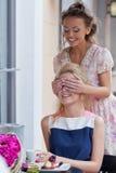 Duas raparigas bonitas no equipamento do verão Imagem de Stock