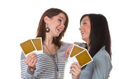 Duas raparigas com fotos Imagem de Stock