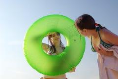 Duas raparigas na praia Imagem de Stock