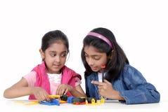 Duas raparigas que jogam com blocos mecânicos imagem de stock royalty free