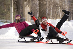 Duas raparigas que têm o divertimento no parque invernal Imagem de Stock Royalty Free