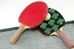 Duas raquetes de tênis de mesa e uma rede isolada Imagens de Stock Royalty Free