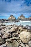 Duas rochas do irmão, paisagem da rocha enorme perto da praia em Fernando de Noronha imagens de stock royalty free