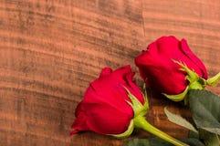 Duas rosas vermelhas em uma tabela Imagem de Stock Royalty Free