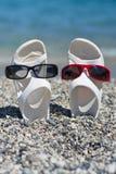 Duas sandálias engraçadas na praia Imagem de Stock Royalty Free