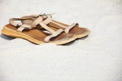 Duas sandálias na praia Imagens de Stock Royalty Free
