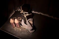 Duas sapatas colocadas saltos elevação do encanto dos pares Foto de Stock