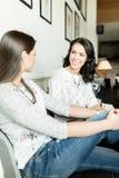 Duas senhoras bonitas que falam em uma barra Fotos de Stock