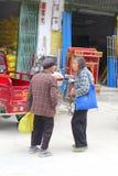 Duas senhoras chinesas idosas encontram-se em Xingping Imagem de Stock