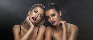 Duas senhoras da beleza na roupa interior Imagens de Stock Royalty Free