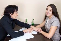 Duas senhoras do negócio engraçado que sentam-se no escritório Fotografia de Stock