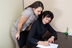 Duas senhoras do negócio no pensamento do escritório Foto de Stock Royalty Free