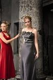 Duas senhoras na coluna clássica Imagem de Stock