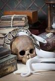 Duas serpentes com crânio humano imagem de stock royalty free